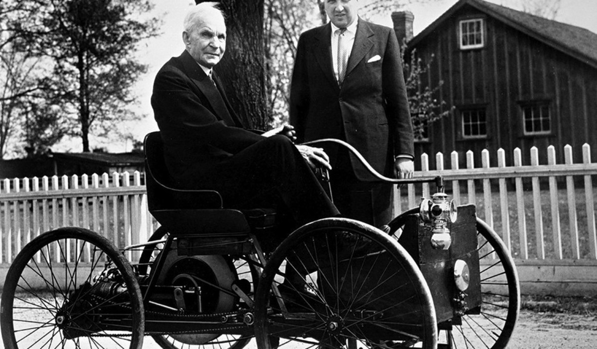 Henry Ford und Henry Ford II mit dem Quadricycle (1946). Foto: Auto-Medienportal.Net/Ford